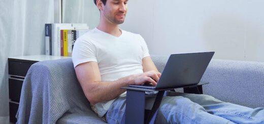 iSwift Pi Laptopstaender mit Mann auf dem Sofa 520x245
