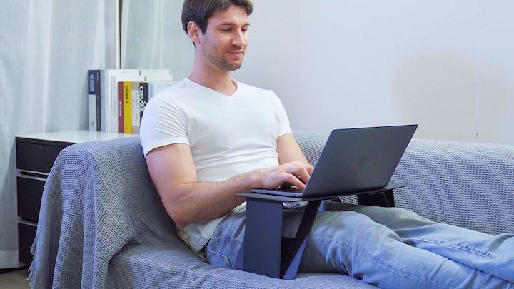 iSwift Pi Laptopstaender mit Mann auf dem Sofa