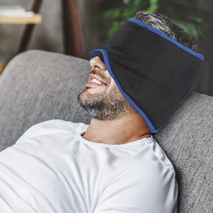 mysleepmask wird von Mann getragen