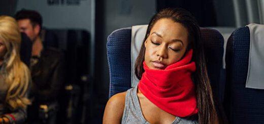 trtl Pillow wird von Frau in Bahn genutzt 520x245