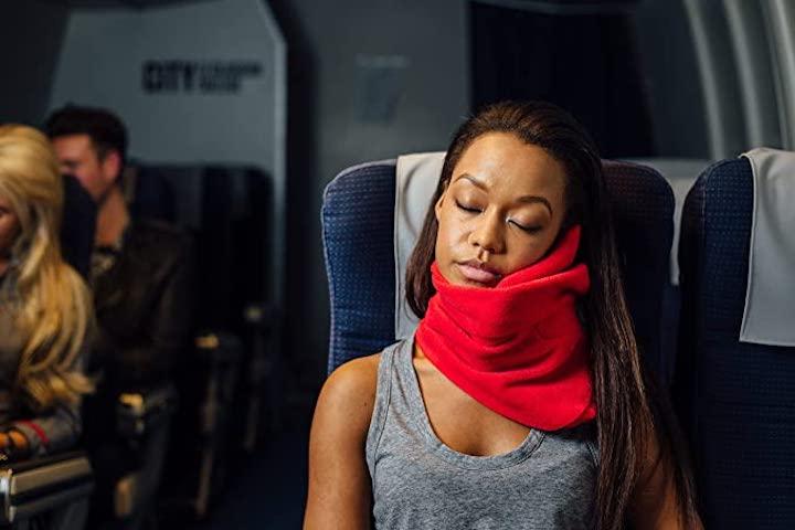 trtl Pillow wird von Frau in Bahn genutzt