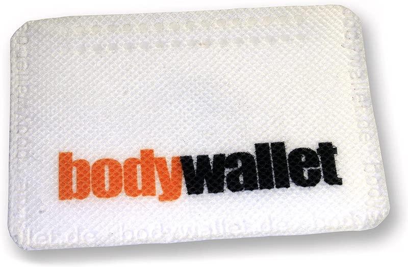 wallet klebt am koerper