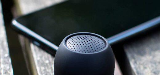 Boompods Zero in schwarz neben Handy 520x245