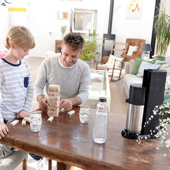Familie mit Wassersprudler