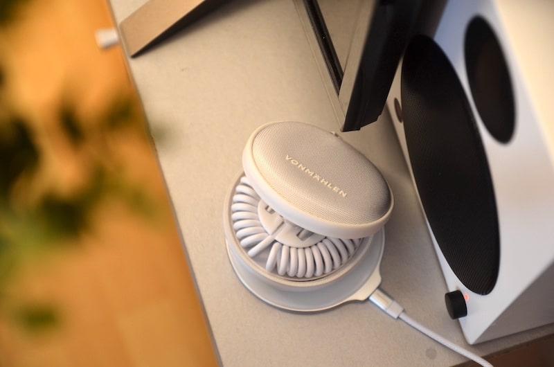 Kabelbox mit integrierter Powerbank wird induktiv geladen