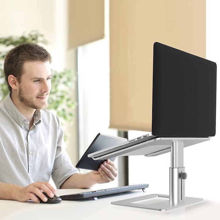 Laptop Staender AWAVO auf Schreibtisch
