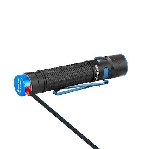 Olight Taschenlampe wird mit magnetischem Ladekabel geladen