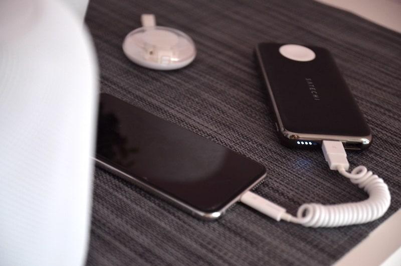 VONMAEHLEN allroundo Spiralkabel mit Powerbank und Smartphone