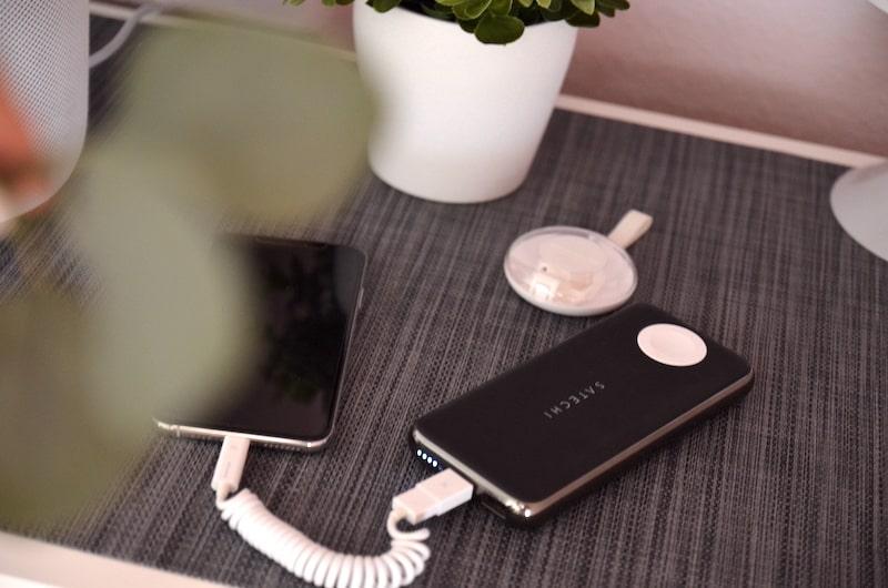 allroundo liegt neben iPhone und Powerbank