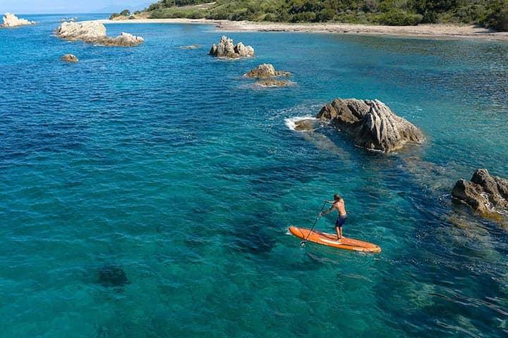 Aqua Marina SUP mit Mann auf dem Meer