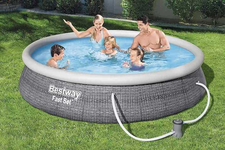 Bestway Pool in Rattan Optik mit Familie im Garten