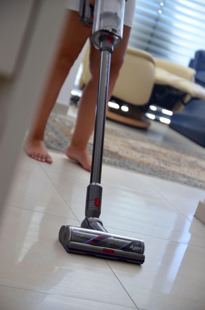 Dyson Akkusauger reinigt den Boden