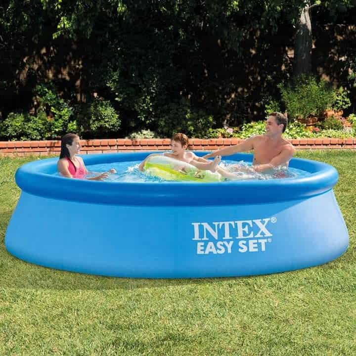 Familie spielt im Intex Easy Set Pool 305 cm