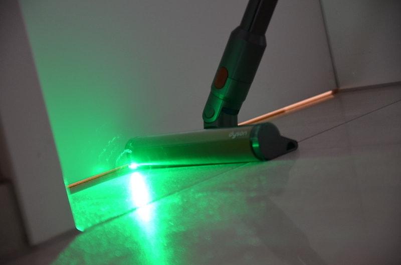 Gruener Laser macht Schmutz auf dem Boden sichtbar