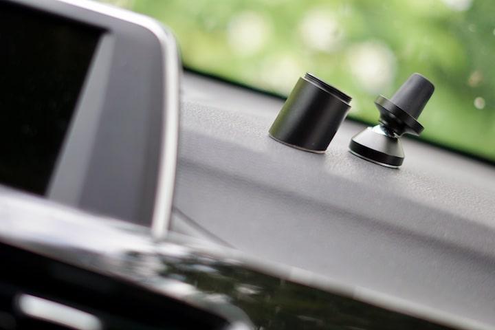 KFZ Auto Halterung von PowerVision liegt auf dem Amaturenbrett