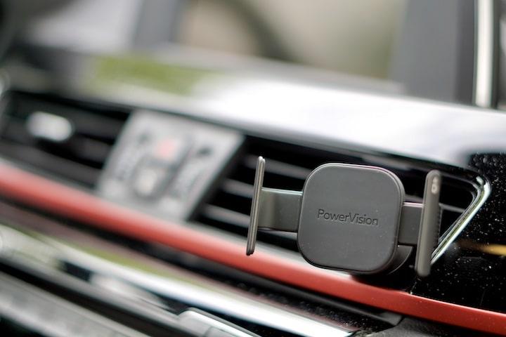 Lueftungsgitter Klemme ist in einem Auto befestigt