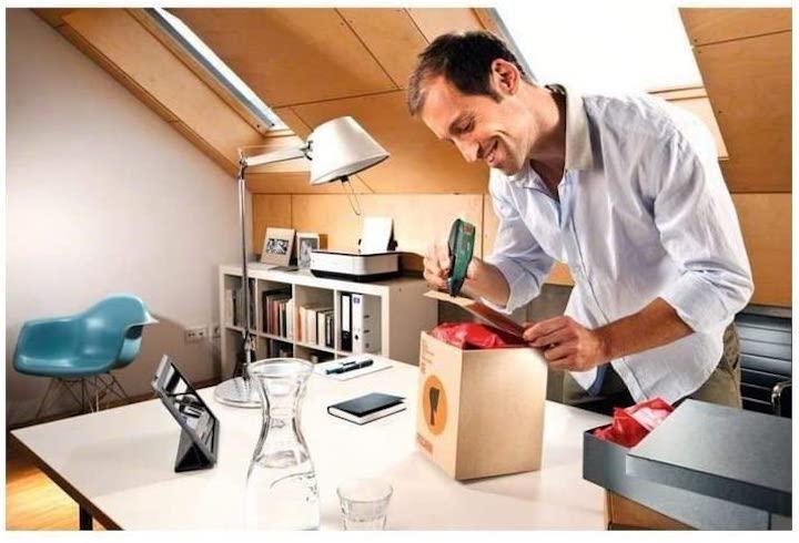 Mann nutzt Bosch GluePen