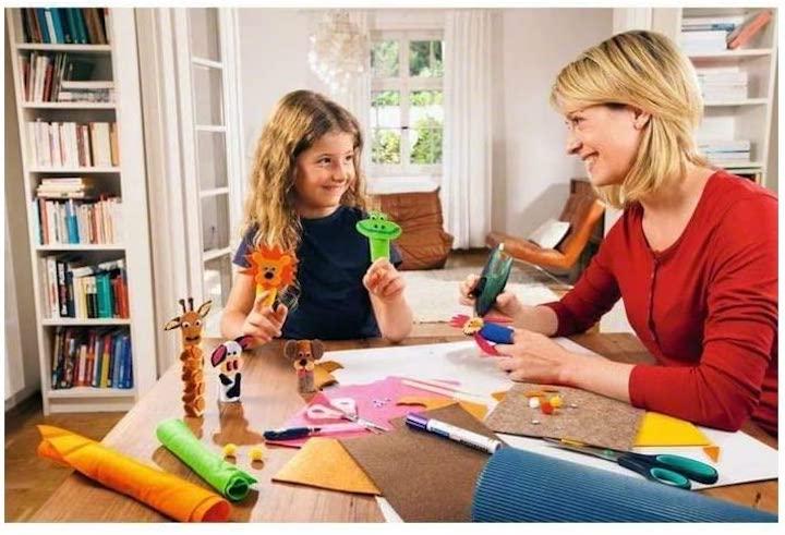 Mutter und Tochter basteln mit Bosch GluePen