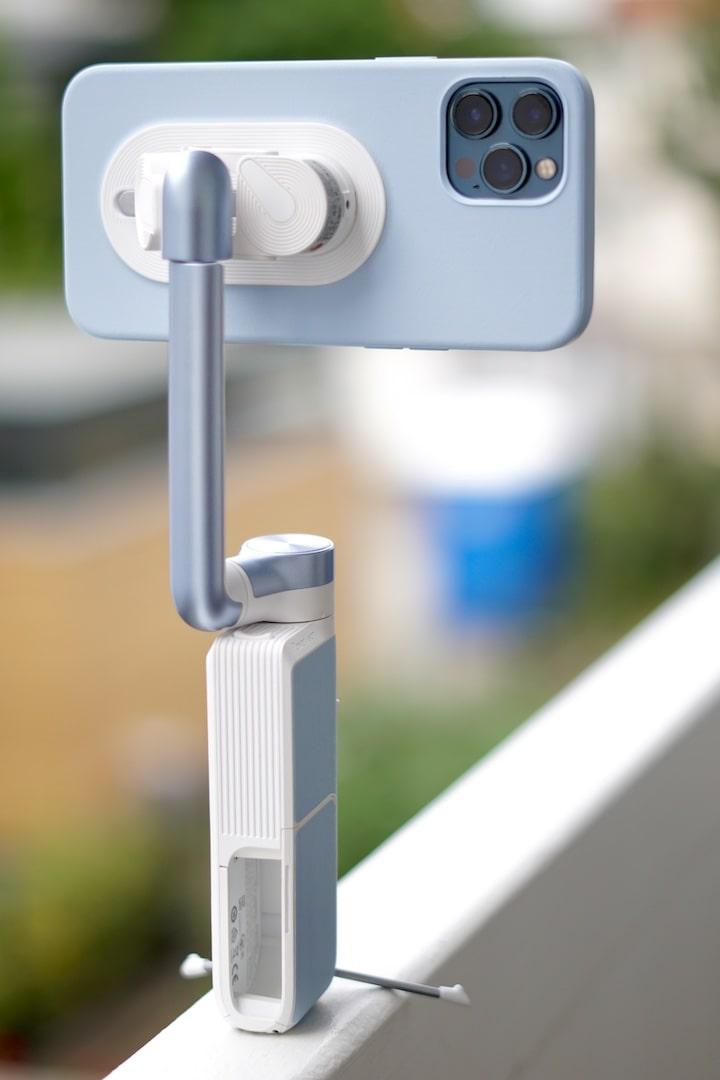 PowerVision Gimbal mit iPhone steht auf einer schmalen Kante