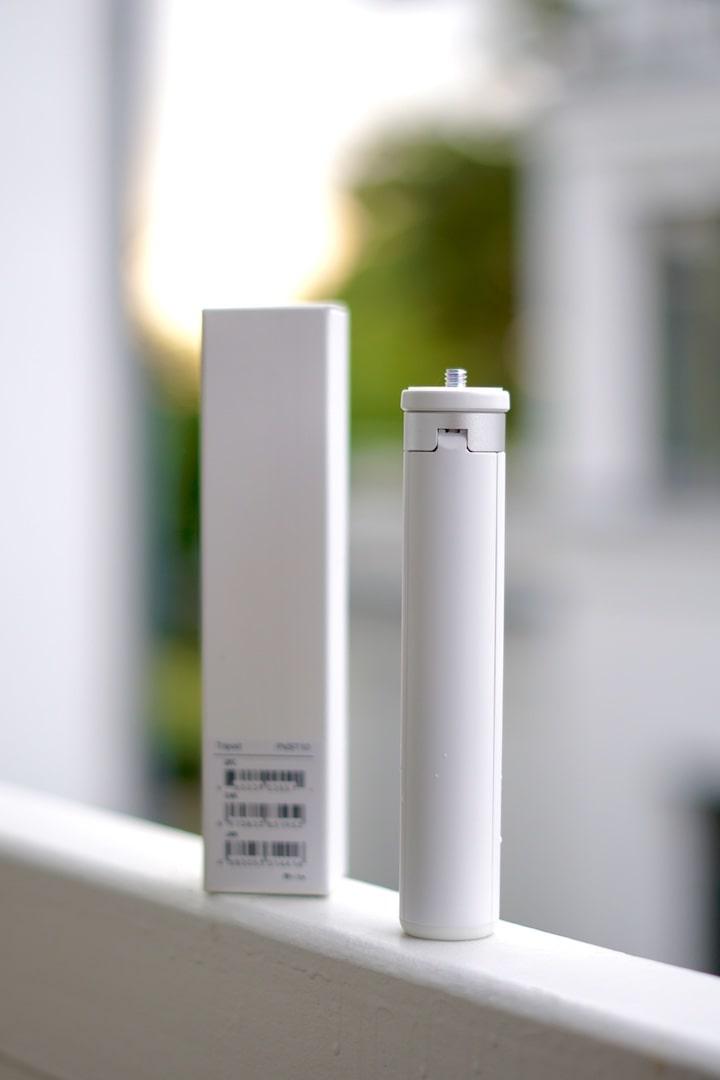 Weisses Stativ mit Verpackung