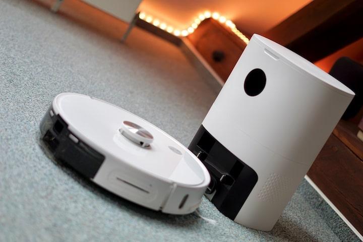 Xiaomi Imilab V1 Saugroboter mit Absaugstation