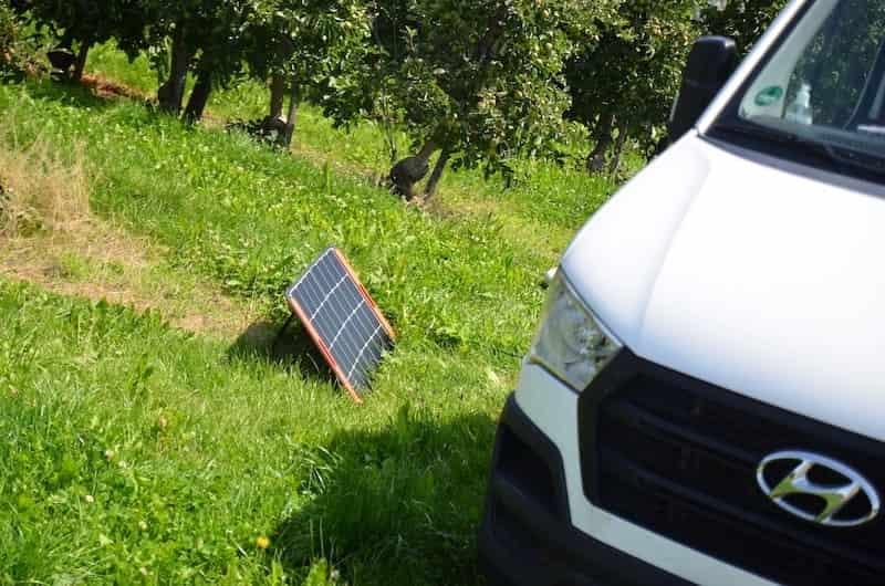 camping solargenerator bringt strom fuer unterwegs