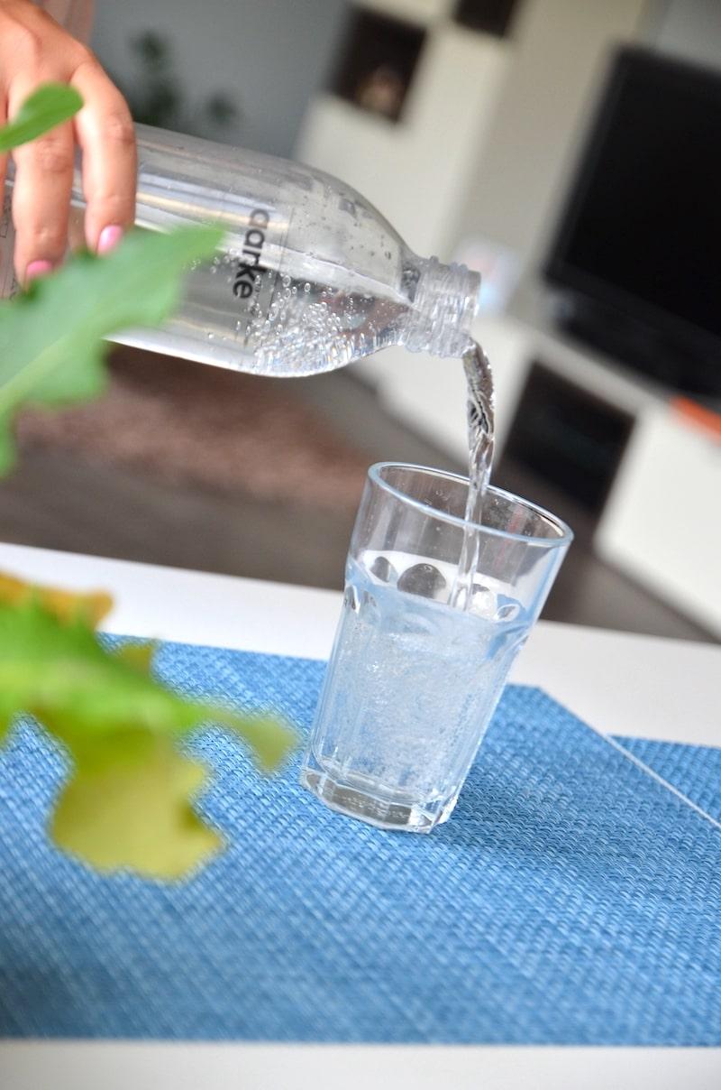 frisch gesprudeltes wasser ins glas schuetten