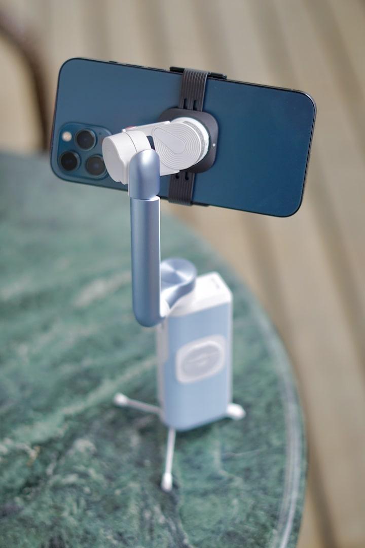 iPhone 12 Pro Max ist magnetisch am S1 befestigt