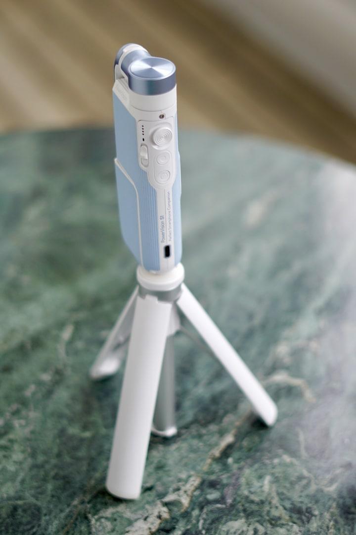 iPhone Gimbal steht auf einem Dreibein Stativ auf einem Tisch