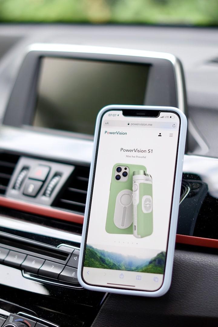 iPhone mit PowerVision Webseite haengt in einem Auto