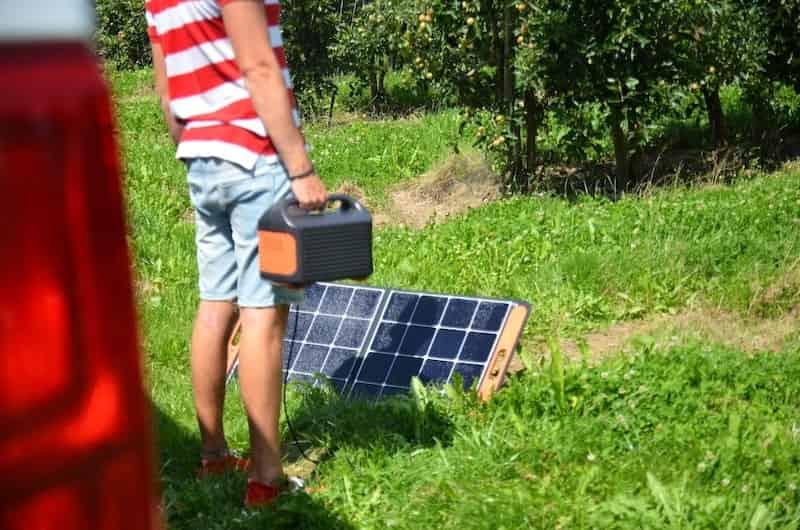 mann mit solarsaga 100 und explorer 500 in der hand