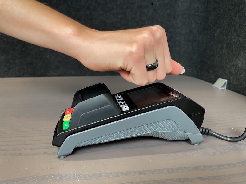 Bezahl Ring ueber Kartenterminal