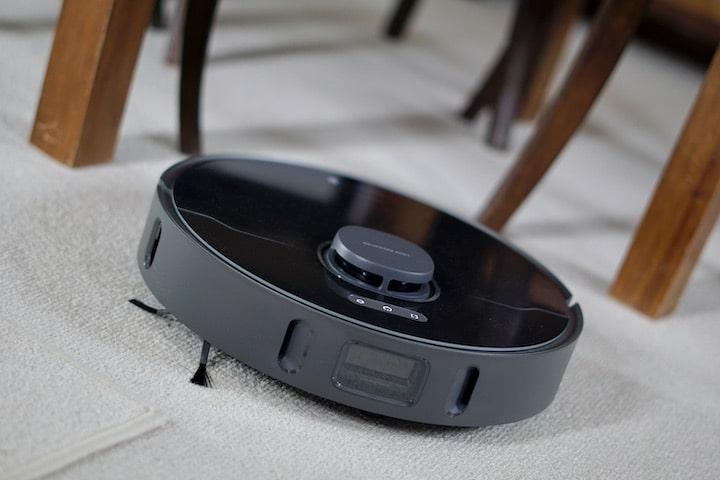 Bot Z10 Pro saugt unter Tischbeinen und Stuhlbeinen auf Teppich