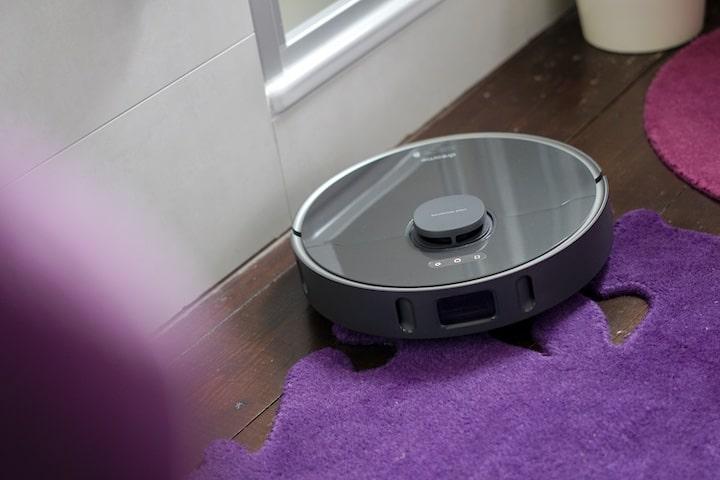 Dreame Bot Z10 Pro Saugroboter faehrt einen lila Teppich hoch