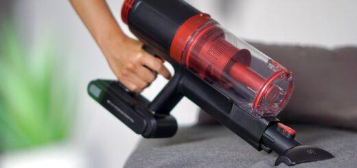 Hand mit HomeVac S11 Lite Staubsauger reinigt ein Sofa 520x245