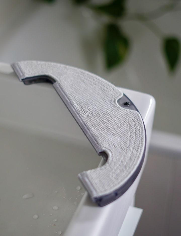 Wischmodul liegt auf einem Waschbecken in einem Badezimmer
