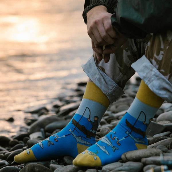 Bunte Socken mit Motiv Angler am Wasser