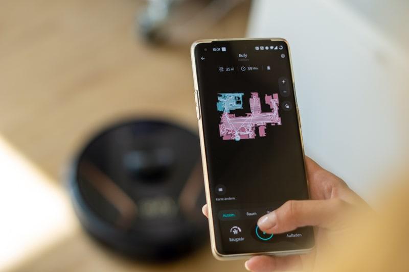 Hand mit Smartphone steuert EufyHome App