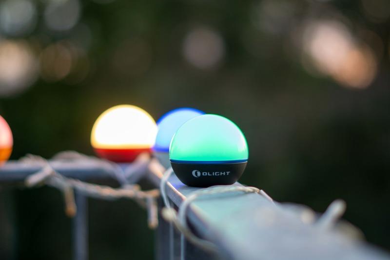 Lampen in verschiedenen Farben auf Balkon Gelaender