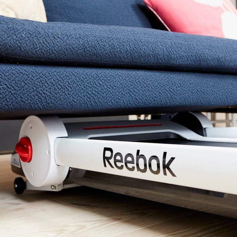 Laufband wird unter Sofa geschoben