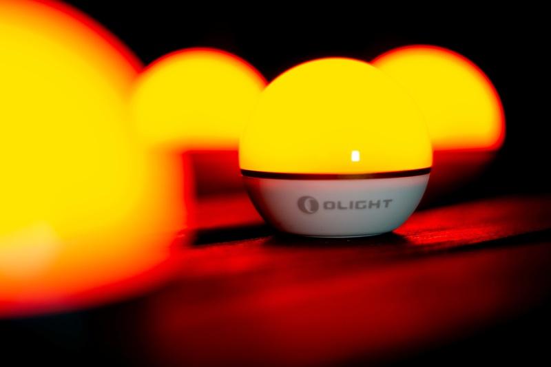 Oranges Licht auf Tisch