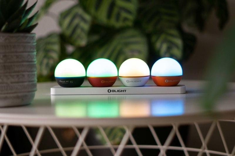 Vier kleine Lampen in einer Reihe