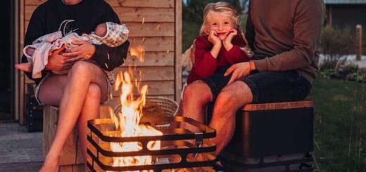 Familie sitzt vor CUBE Feuerkorb 520x245